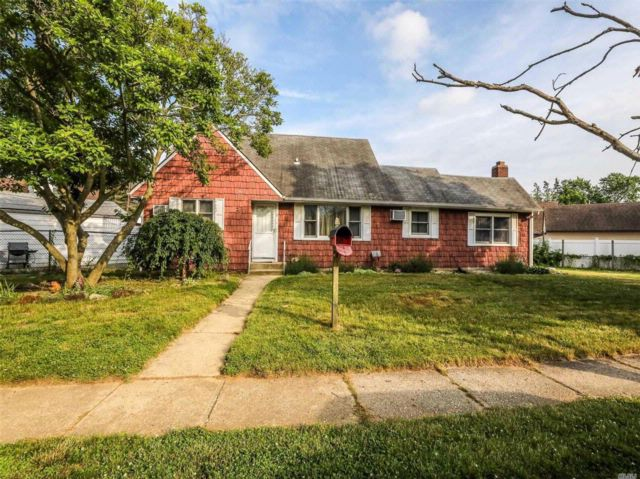 4 BR,  3.00 BTH Cape style home in Bethpage
