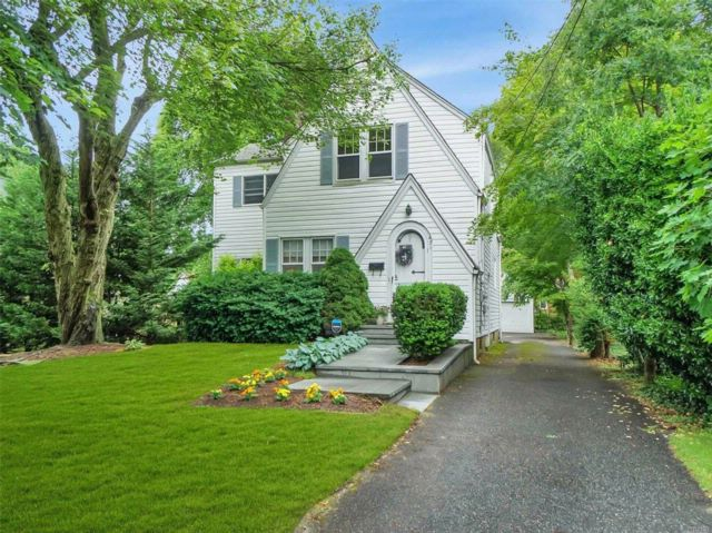 3 BR,  2.50 BTH Colonial style home in Brightwaters