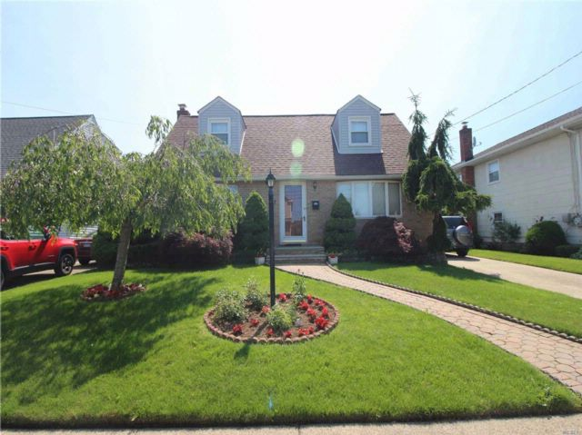 4 BR,  2.50 BTH Cape style home in Elmont