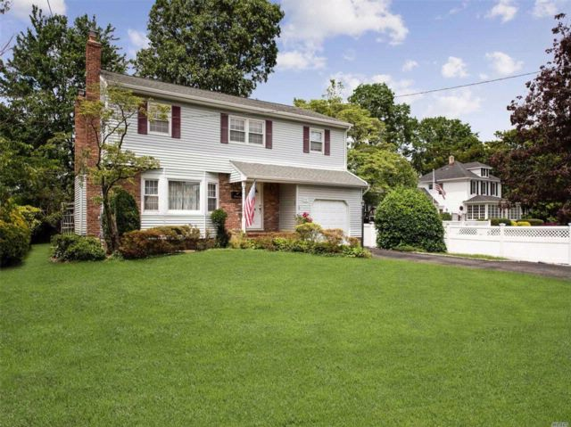 5 BR,  2.50 BTH Colonial style home in Seaford
