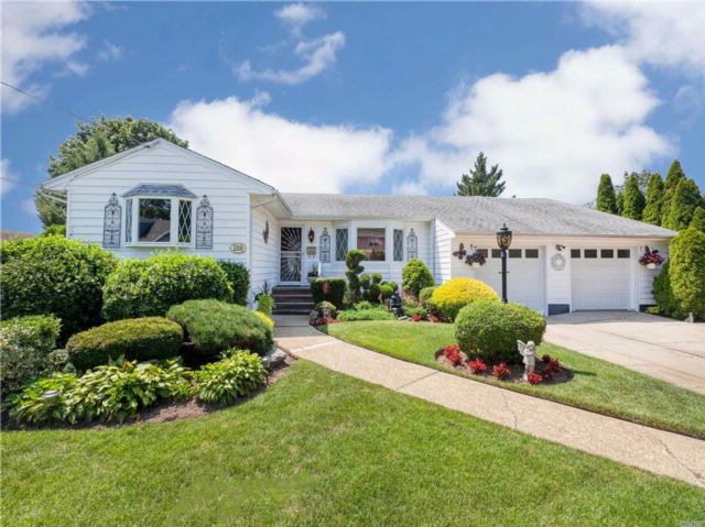 4 BR,  2.50 BTH Ranch style home in Massapequa