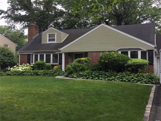 3 BR,  2.00 BTH Exp cape style home in Manhasset Hills