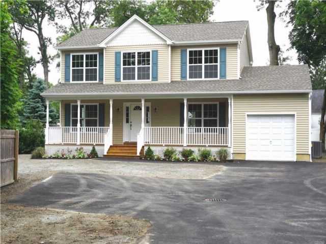 4 BR,  2.50 BTH  Colonial style home in North Babylon