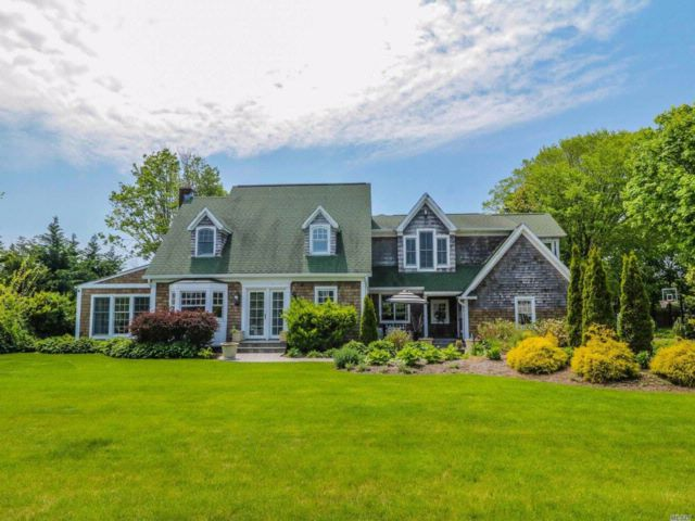 6 BR,  3.50 BTH Cape style home in Brightwaters