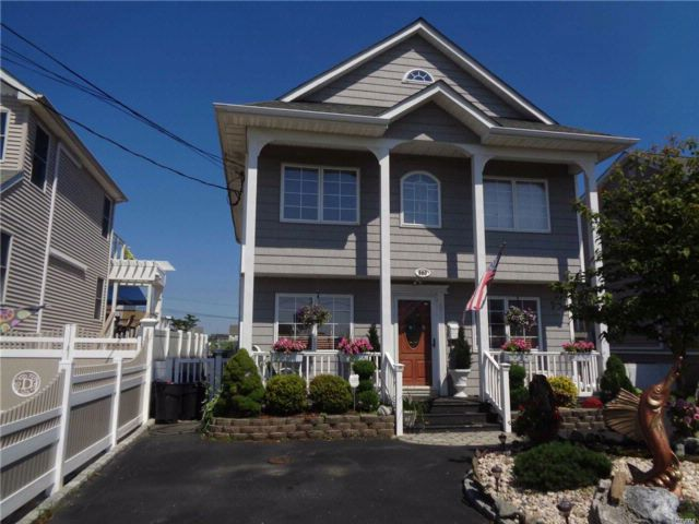 3 BR,  1.00 BTH  Colonial style home in Lindenhurst