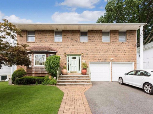 5 BR,  2.50 BTH Colonial style home in North Woodmere