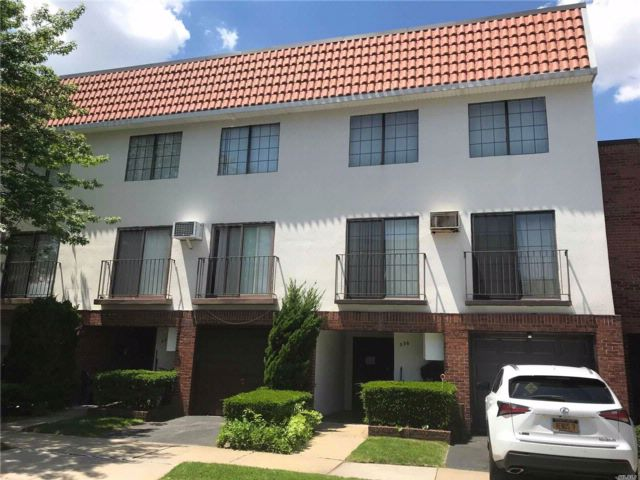 3 BR,  3.00 BTH  Condo style home in College Point