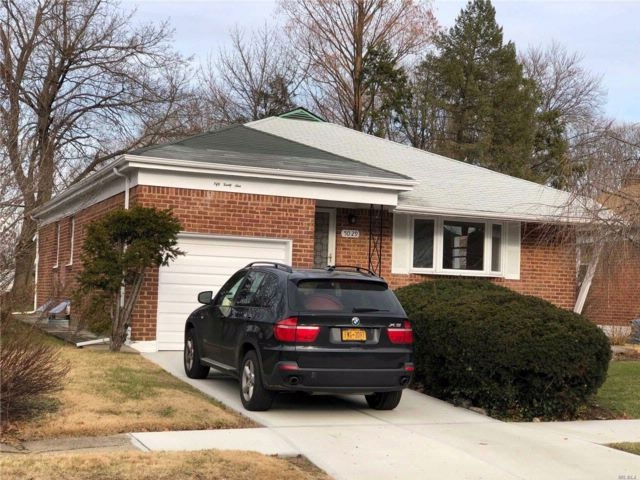 3 BR,  3.00 BTH Ranch style home in Bayside