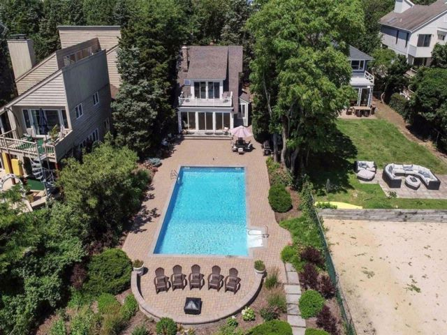 4 BR,  3.00 BTH Colonial style home in Northport