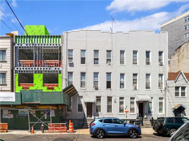 12 BR,  6.00 BTH Traditional style home in Long Island City
