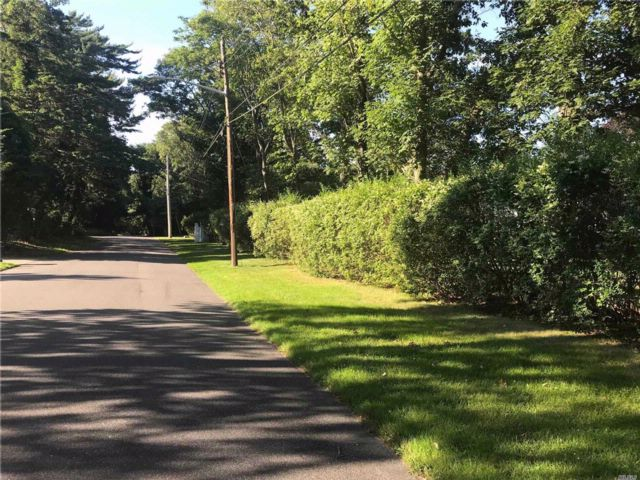 Lot <b>Size:</b> 175x221 Land style home in East Patchogue