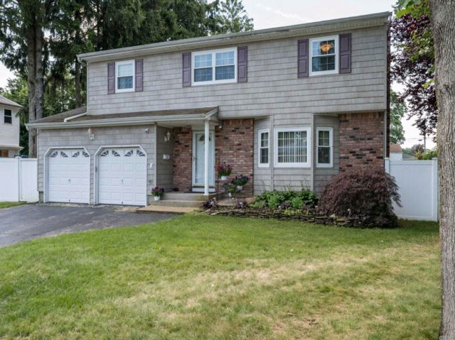 4 BR,  2.50 BTH Colonial style home in West Babylon
