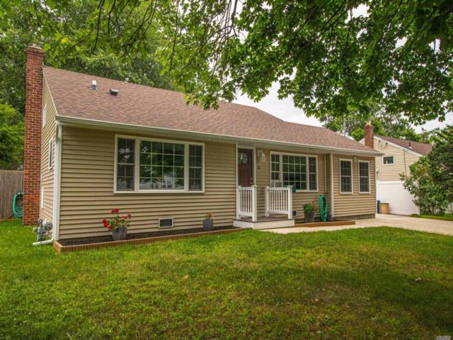 4 BR,  2.00 BTH Split ranch style home in West Islip