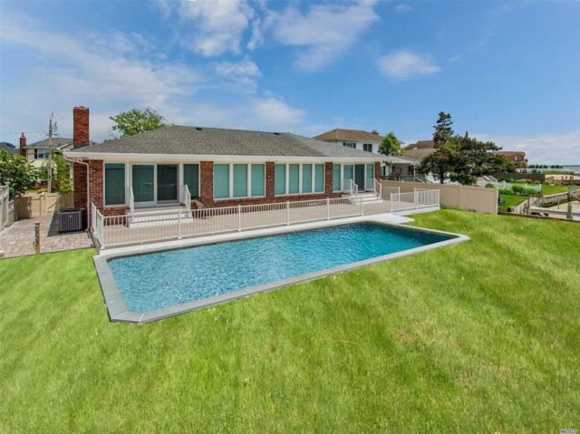 3 BR,  2.50 BTH Ranch style home in Massapequa
