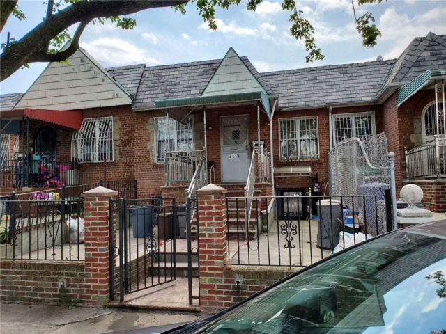4 BR,  3.00 BTH Ranch style home in Elmhurst