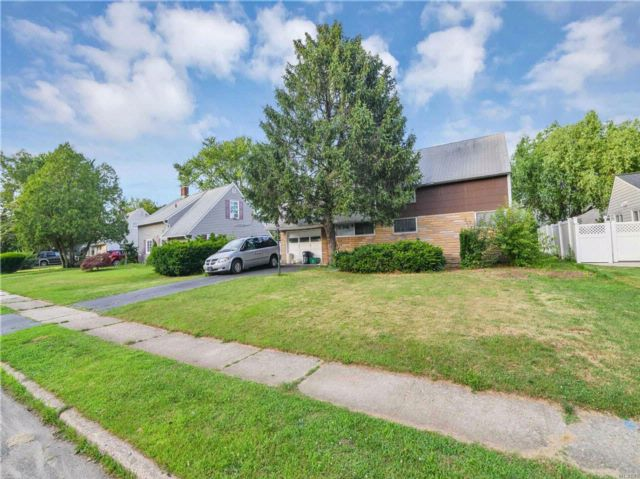 4 BR,  1.00 BTH Ranch style home in Levittown