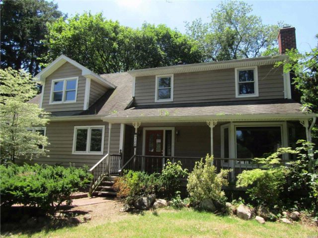 5 BR,  2.00 BTH  Colonial style home in Greenlawn