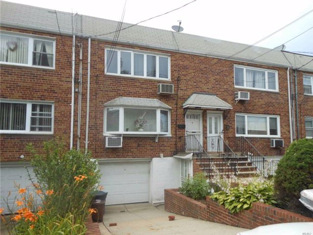4 BR,  3.00 BTH Contemporary style home in Middle Village