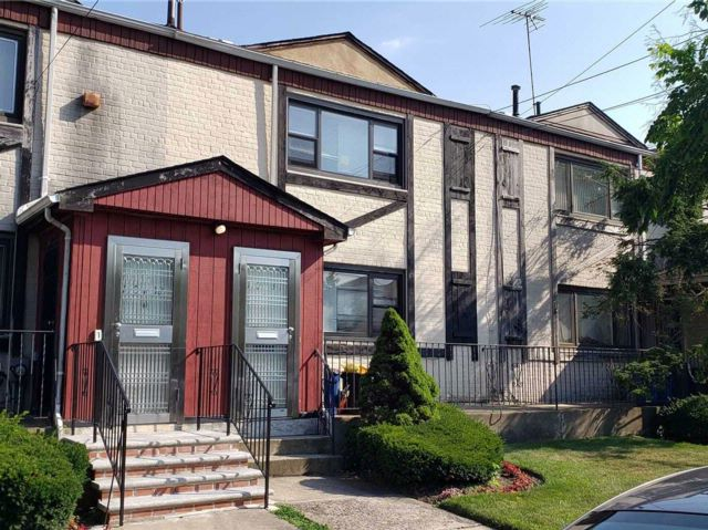 3 BR,  2.50 BTH Colonial style home in Forest Hills