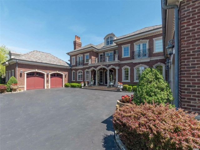 5 BR,  7.55 BTH Colonial style home in Muttontown