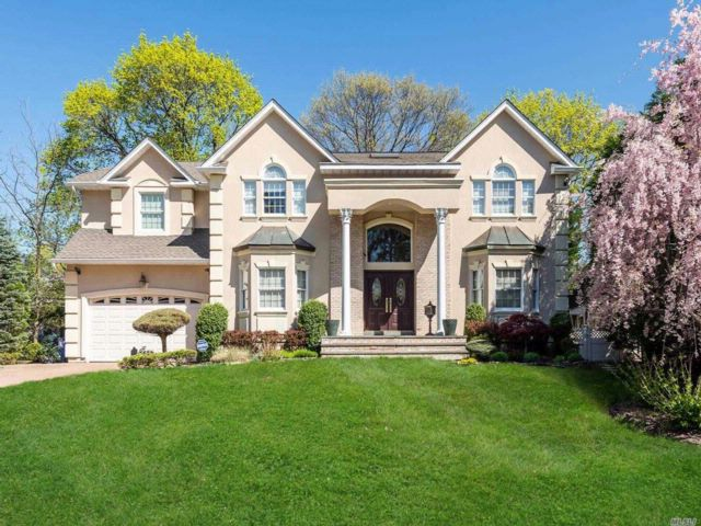 5 BR,  4.50 BTH Colonial style home in East Williston