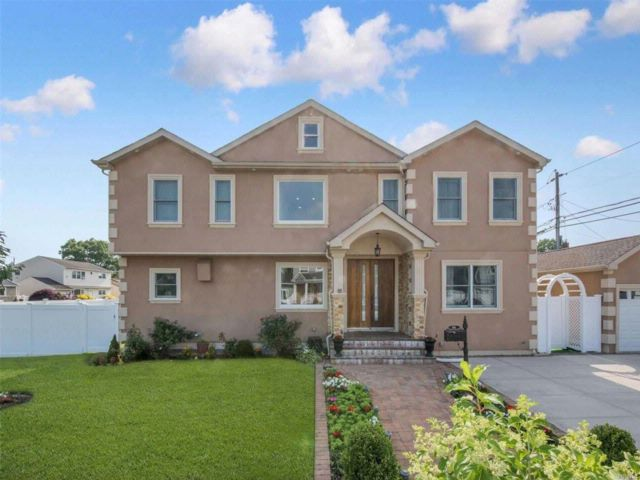 5 BR,  4.00 BTH Colonial style home in Plainview