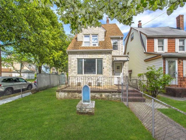 4 BR,  2.50 BTH  Colonial style home in Bellerose