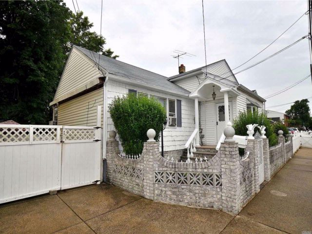 4 BR,  3.00 BTH Ranch style home in Elmont