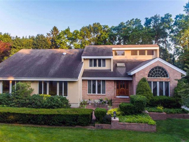 7 BR,  4.50 BTH  Contemporary style home in Dix Hills
