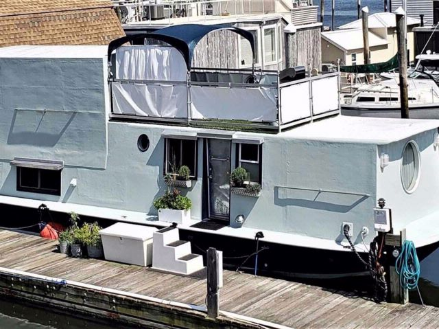 1 BR,  1.00 BTH  Houseboat style home in Port Washington
