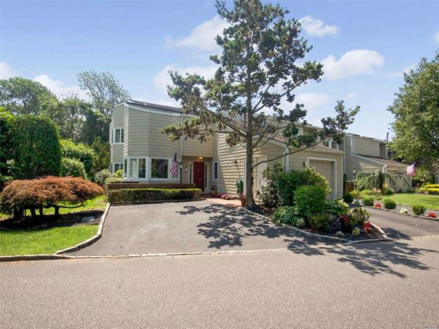 3 BR,  2.50 BTH Homeowner assoc style home in Bay Shore