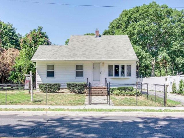3 BR,  2.00 BTH Colonial style home in Ronkonkoma
