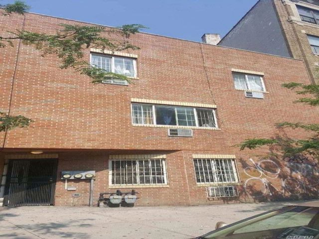 4 BR,  3.00 BTH Townhouse style home in Crotona Park