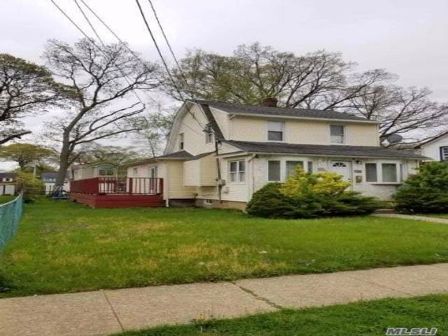 4 BR,  2.00 BTH  Colonial style home in Roosevelt