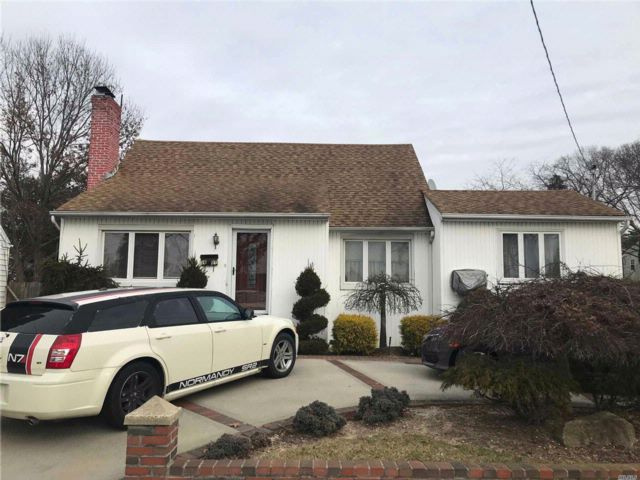 4 BR,  2.00 BTH Colonial style home in Seaford
