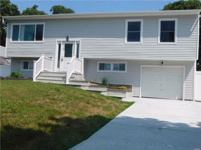 5 BR,  3.00 BTH Hi ranch style home in Selden