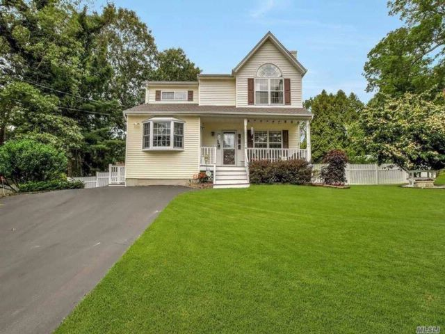 5 BR,  3.00 BTH Victorian style home in Rocky Point