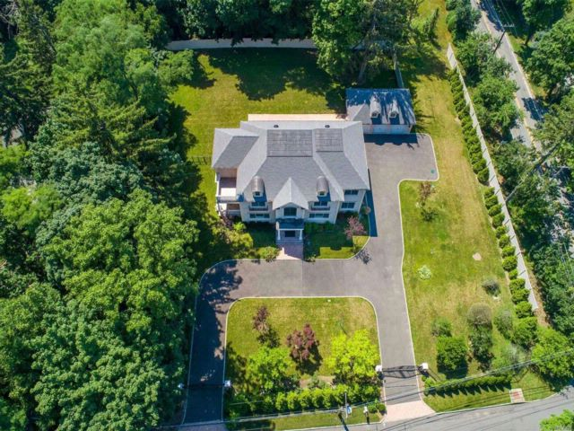6 BR,  6.50 BTH  Colonial style home in Roslyn