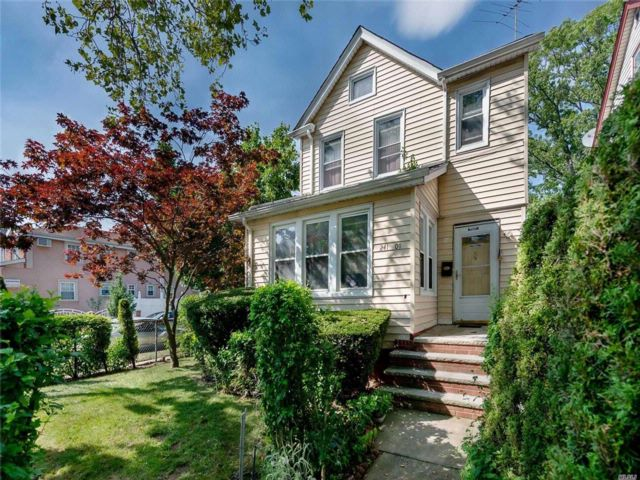 3 BR,  2.50 BTH Colonial style home in Rosedale