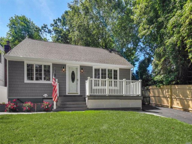 3 BR,  3.00 BTH  Colonial style home in South Huntington