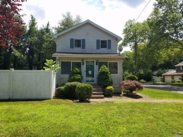 2 BR,  2.00 BTH Colonial style home in Dix Hills