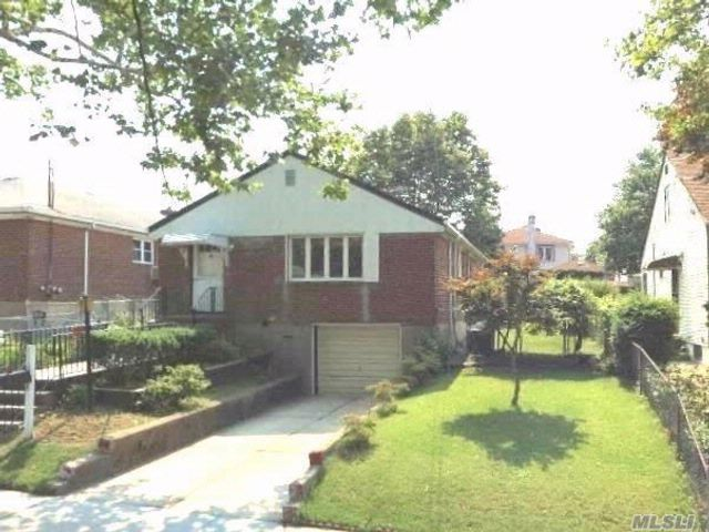 3 BR,  1.50 BTH Ranch style home in Oakland Gardens