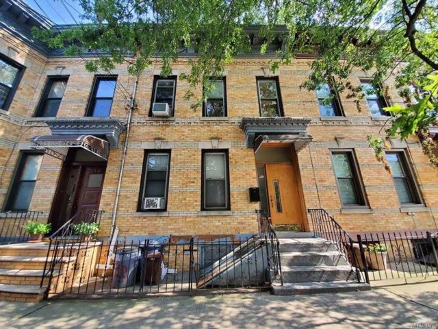 6 BR,  2.00 BTH Townhouse style home in Ridgewood