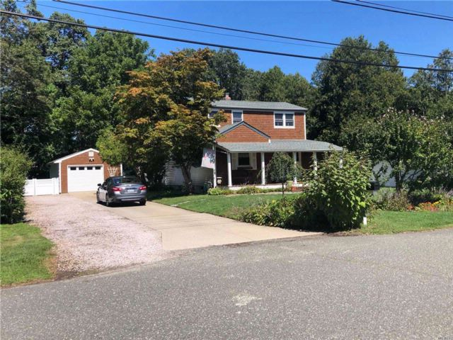 3 BR,  2.00 BTH  Colonial style home in Bohemia