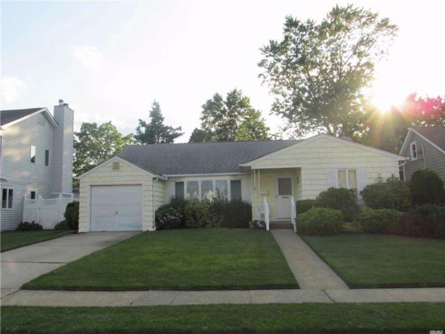 3 BR,  2.00 BTH Ranch style home in Wantagh
