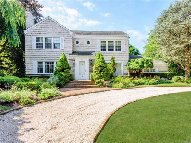 3 BR,  2.50 BTH Colonial style home in Hewlett Harbor