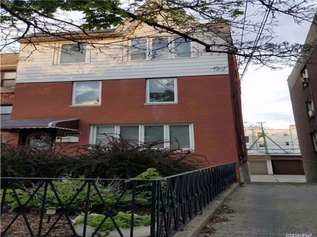 5 BR,  2.50 BTH  Modern style home in Astoria