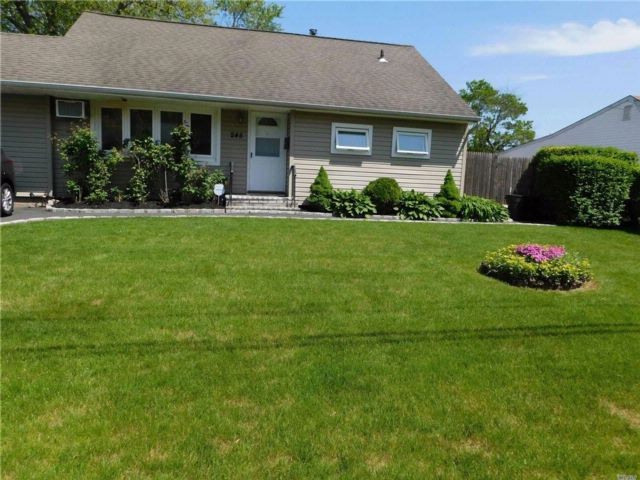 3 BR,  2.00 BTH Split ranch style home in Brentwood
