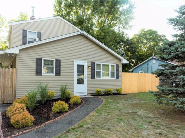 5 BR,  1.50 BTH 2 story style home in Ridge