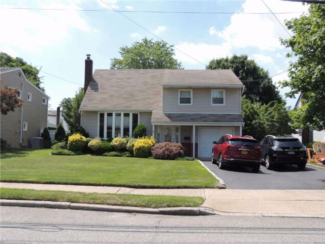 3 BR,  1.50 BTH Split style home in Seaford